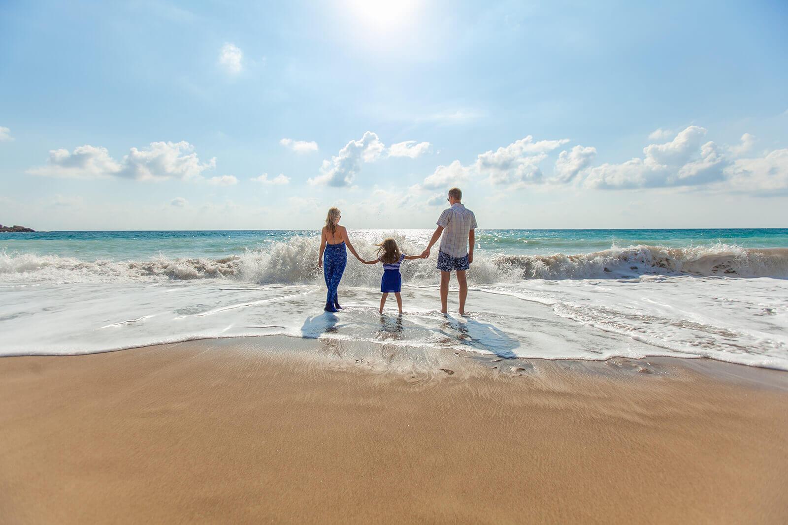 familia disfrutando en la playa