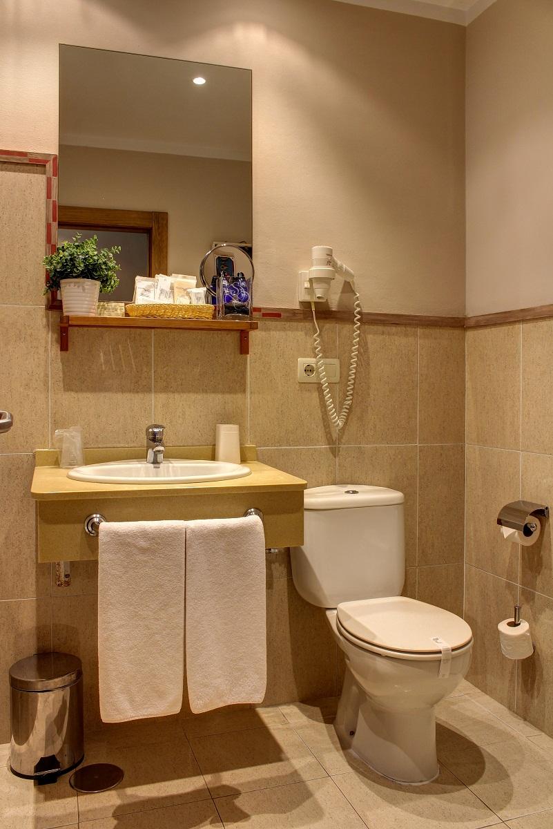 Baño completo con productos de acogida y secador de pelo