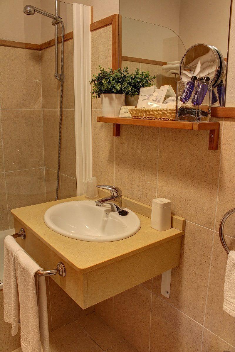 Detalle del baño con productos de acogida del hotel Mirador del Sella