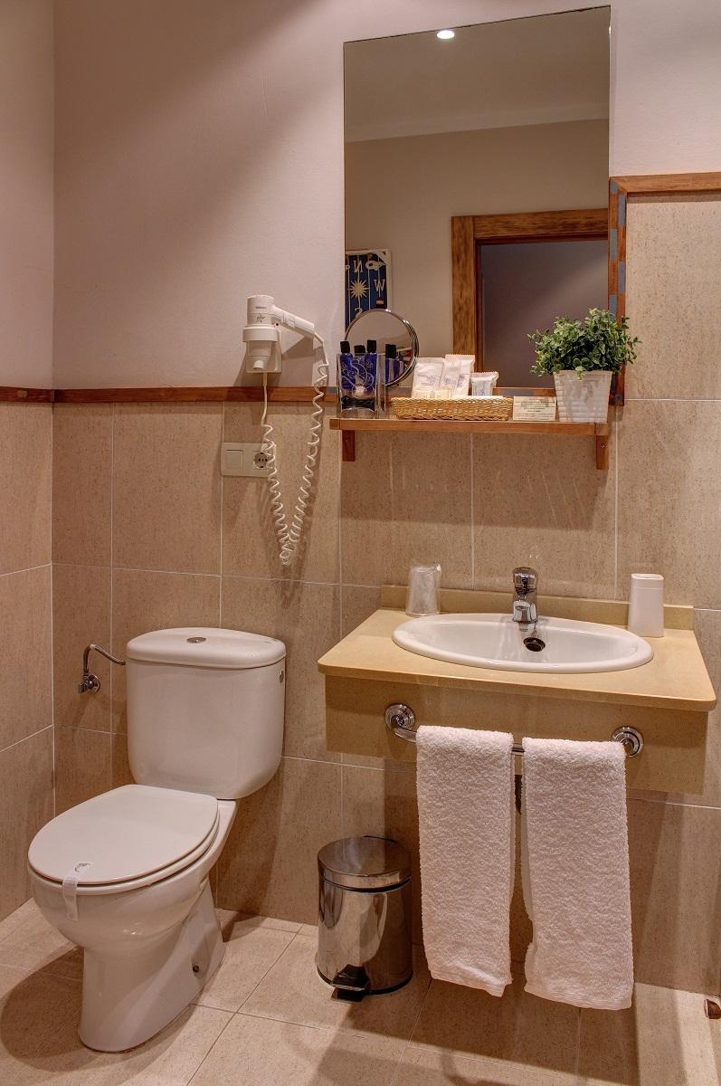 Baño con productos de acogida y secador de pelo