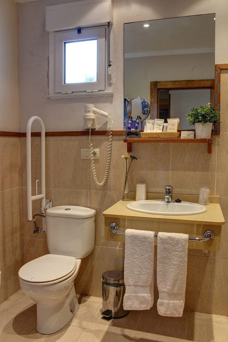Baño con secador de pelo y productos de acogida del hotel Mirador del Sella