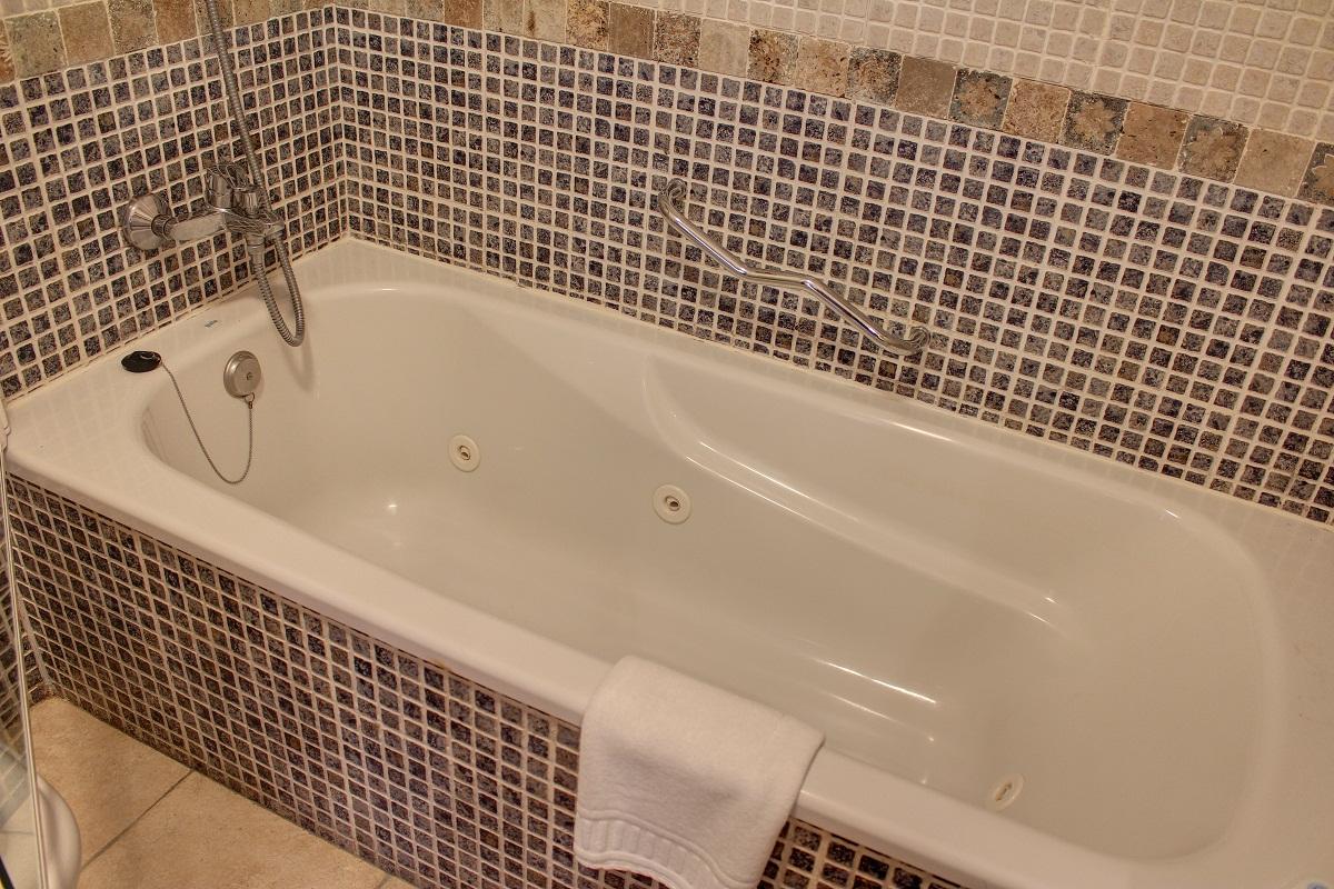 jacuzzi privado en el baño de la habitación