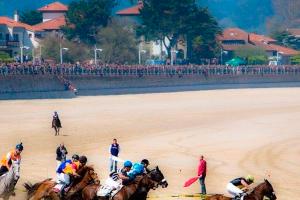 Carrera de caballos en la playa en Ribadesella